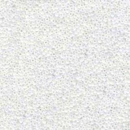 De rocaille seed bead van het Japanse merk Miyuki is te koop bij kralenwinkel Limited Edition in Den Haag in de maat 11-0471 White Pearl AB.
