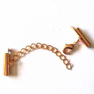 Met deze eindkap buisjes met verlengketting en slotje is het heel eenvoudig om weef armbandjes af te werken en zijn te koop bij kralenwinkel Limited Edition in Den Haag in de maat 15mm rosé goud.