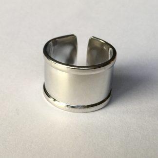 Op deze metalen DQ ring basis kan een koord, leer, of kralenwerkje geplakt worden van 10mm breed en is te koop bij kralenwinkel Limited Edition in de kleur antiek zilver.