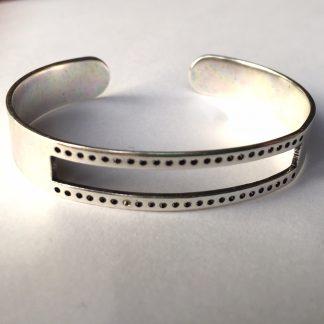 Deze armbandbasis cuff van DQ kwaliteit is ideaal om te gebruiken voor bijvoorbeeld weven en macrame knopen en is te koop bij kralenwinkel Limited Edition in Den Haag in antiek zilver.