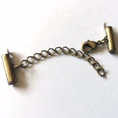 Met deze eindkap buisjes met verlengketting en slotje is het heel eenvoudig om weef armbandjes af te werken en zijn te koop bij kralenwinkel Limited Edition in Den Haag in de maat 15mm brons.