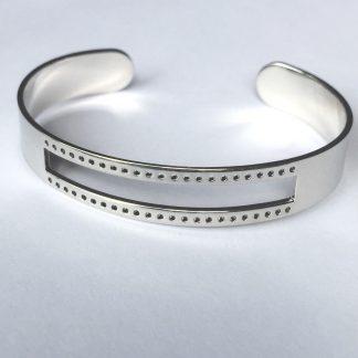 Deze armbandbasis cuff van DQ kwaliteit is ideaal om te gebruiken voor bijvoorbeeld weven en macrame knopen en is te koop bij kralenwinkel Limited Edition in Den Haag in licht zilver.