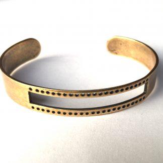 Deze armbandbasis cuff van DQ kwaliteit is ideaal om te gebruiken voor bijvoorbeeld weven en macrame knopen en is te koop bij kralenwinkel Limited Edition in Den Haag in antiek brons.
