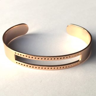 Deze armbandbasis cuff van DQ kwaliteit is ideaal om te gebruiken voor bijvoorbeeld weven en macrame knopen en is te koop bij kralenwinkel Limited Edition in Den Haag in rosé goud.