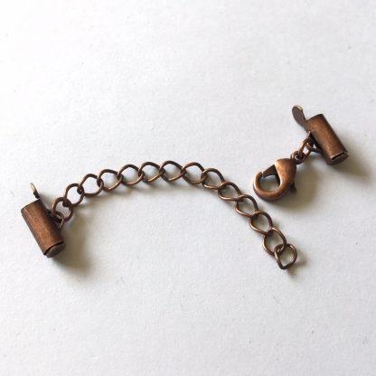 Met deze eindkap buisjes met verlengketting en slotje is het heel eenvoudig om weef armbandjes af te werken en zijn te koop bij kralenwinkel Limited Edition in Den Haag in de maat 9mm donker koper.