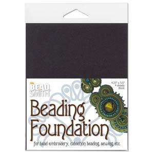 De kleine versie van Beadsmiths beading foundation word vaak gebruikt voor embroidery of soutache projecten en is te koop bij kralenwinkel Limited Edition in Den Haag in de kleur zwart.