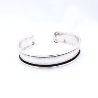 Deze armbandbasis cuff van DQ kwaliteit is ideaal om te gebruiken voor bijvoorbeeld weef of leren armbandjes en is te koop bij kralenwinkel Limited Edition in Den Haag in 10mm antiek zilver.
