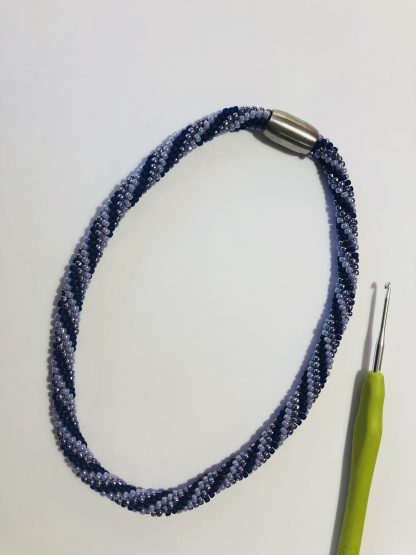De workshop gehaakte tube armband en ketting is als workshop te volgen bij kralenwinkel Limited Edition in Den Haag.