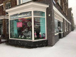 Winterse sneeuw bij kralenwinkel Limited Edition in Den Haag
