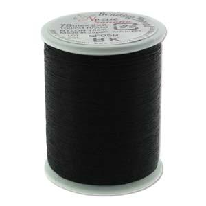 Het rijg draad van Nozue Sonoko is licht elastisch waardoor je mooie bangles kunt maken en is te koop per rol bij kralenwinkel Limited Edition Den Haag in de kleur zwart.