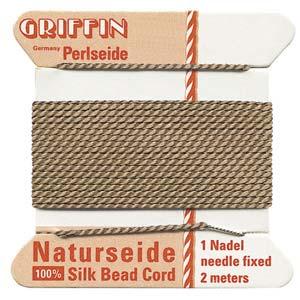 Het natuurlijke parelzijde van Griffin kan gebruikt worden bij het knopen van parels en is te koop bij kralenwinkel Limited Edition in Den Haag in de maat 06 en kleur beige.