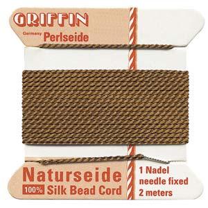 Het natuurlijke parelzijde van Griffin kan gebruikt worden bij het knopen van parels en is te koop bij kralenwinkel Limited Edition in Den Haag in de maat 02 en kleur bruin.