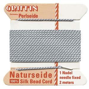 Het natuurlijke parelzijde van Griffin kan gebruikt worden bij het knopen van parels en is te koop bij kralenwinkel Limited Edition in Den Haag in de maat 02 en kleur grijs.