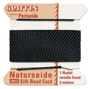 Het natuurlijke parelzijde van Griffin kan gebruikt worden bij het knopen van parels en is te koop bij kralenwinkel Limited Edition in Den Haag in de maat 04 en kleur zwart.
