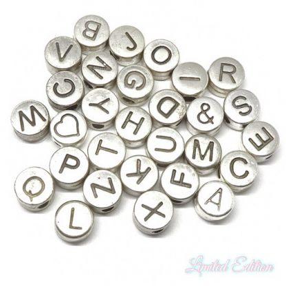 Deze metalen DQ letterkralen zijn te koop bij kralenwinkel Limited Edition in Den Haag in de kleur zilver.