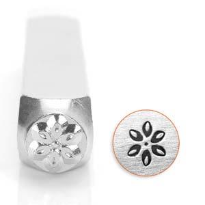 Met deze 6mm stempel van ImpressArt kun je heel makkelijk een figuur in leer of metaal slaan en is te koop bij kralenwinkel Limited Edition in de vorm van een lily bloem.
