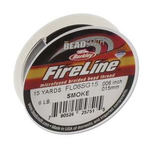 Fireline draad van Berkley is heel dun, sterk draad dat goed gebruikt kan worden om hele kleine kraaltjes in patronen te rijgen en is te koop bij kralenwinkel Limited Edition in Den Haag op rollen van 11 meter in de kleur Smoke in de maat 0.15mm.