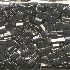 De Tila Bead heeft twee gaatjes zodat ze leuk gebruikt kunnen worden in patronen en is te koop bij kralenwinkel Limited Edition in Den Haag in de kleur 0190.