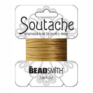 Dit 3mm Soutache koord van Beadsmith word op kaartjes verkocht bij kralenwinkel Limited Edition in Den Haag in de kleur Antique Gold.