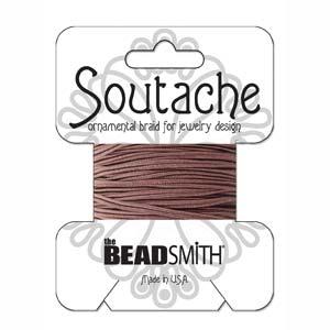 Dit 3mm Soutache koord van Beadsmith word op kaartjes verkocht bij kralenwinkel Limited Edition in Den Haag in de kleur Beaver Brown.