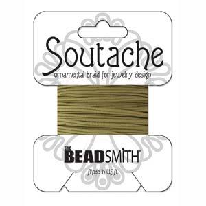 Dit 3mm Soutache koord van Beadsmith word op kaartjes verkocht bij kralenwinkel Limited Edition in Den Haag in de kleur Beige.