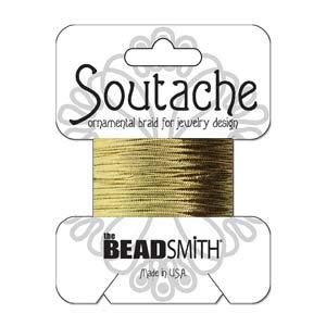 Dit 3mm Soutache koord van Beadsmith word op kaartjes verkocht bij kralenwinkel Limited Edition in Den Haag in de kleur Metallic Gold.