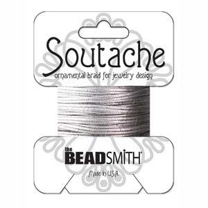 Dit 3mm Soutache koord van Beadsmith word op kaartjes verkocht bij kralenwinkel Limited Edition in Den Haag in de kleur Metallic Antique Silver.
