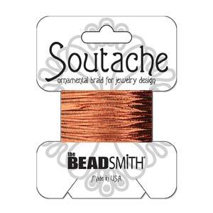 Dit 3mm Soutache koord van Beadsmith word op kaartjes verkocht bij kralenwinkel Limited Edition in Den Haag in de kleur Metallic Copper.