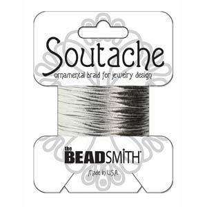 Dit 3mm Soutache koord van Beadsmith word op kaartjes verkocht bij kralenwinkel Limited Edition in Den Haag in de kleur Metallic Silver.