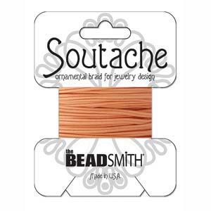 Dit 3mm Soutache koord van Beadsmith word op kaartjes verkocht bij kralenwinkel Limited Edition in Den Haag in de kleur Peach.