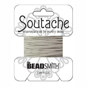 Dit 3mm Soutache koord van Beadsmith word op kaartjes verkocht bij kralenwinkel Limited Edition in Den Haag in de kleur Silver Gray.