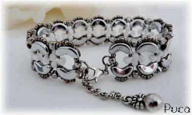 Het gratis rijgpatroon 'Julia bracelet' is te vinden bij kralenwinkel Limited Edition in Den Haag.
