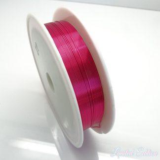 Koperdraad kan goed voor wire winding gebruikt worden en is te koop bij kralenwinkel Limited Edition in Den Haag in de maat 0.4mm in de kleur fuchsia.