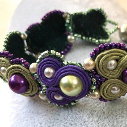Deze soutache armband zou gemaakt kunnen worden na het volgen van een workshop Soutache bij kralenwinkel Limited Edition in Den Haag.