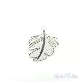 Deze zilveren filigraan bedel in de vorm van een blaadje is te koop bij kralenwinkel Limited Edition in Den Haag.
