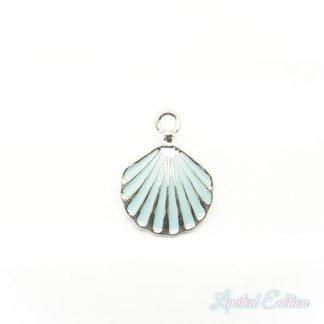 Deze zomerse gekleurde platte schelp bedel is te koop bij kralenwinkel Limited Edition in Den Haag in de kleur blauw met zilver.