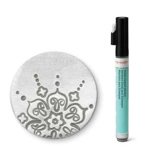 Met deze zilveren stift van ImpressArt kun je je werk makkelijk inkleuren en is te koop bij kralenwinkel Limited Edition in Den Haag.