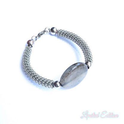 Deze armband kan gemaakt worden tijdens de workshop kralen met de wire winder bij kralenwinkel Limited Edition in Den Haag.