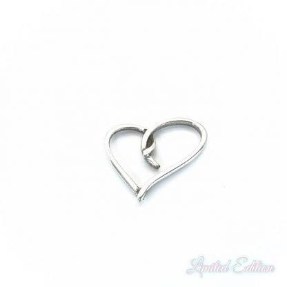 Dit tussenstuk in de vorm van een hart is te koop bij kralenwinkel Limited Edition in Den Haag in de kleur zilver.