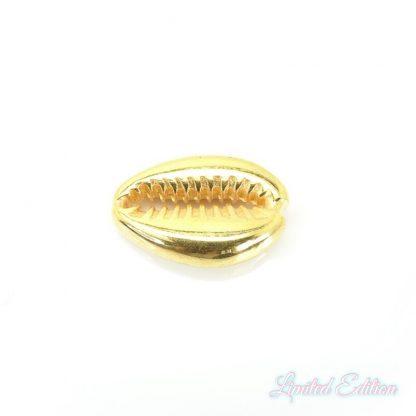 Deze bedel van Designer Quality in de vorm van een kauri schelp zijn te koop bij kralenwinkel Limited Edition in Den Haag in de kleur goud.