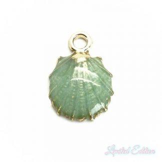 Deze zomerse gekleurde schelp bedel is te koop bij kralenwinkel Limited Edition in Den Haag in de kleur groen.