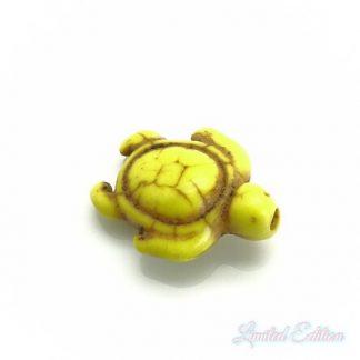 Deze synthetische howlite schildpad kraal is te koop bij kralenwinkel Limited Edition in Den Haag in de kleur geel.