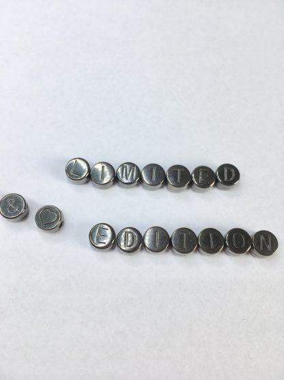 Deze metalen DQ letterkralen zijn te koop bij kralenwinkel Limited Edition in Den Haag in de kleur antraciet.
