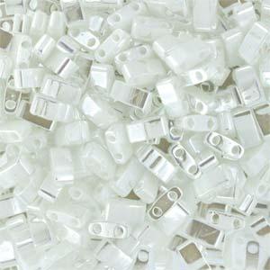 Deze Miyuki Half Tilas zijn de helft van de normale Miyuki TIla beads en zijn te koop bij kralenwinkel Limited Edition in Den Haag in de kleur 0420.