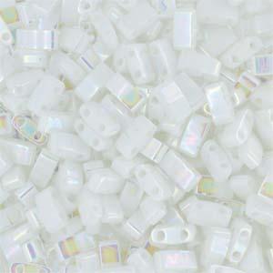 Deze Miyuki Half Tilas zijn de helft van de normale Miyuki TIla beads en zijn te koop bij kralenwinkel Limited Edition in Den Haag in de kleur 0471.