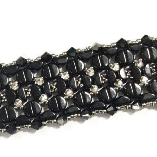 In dit pakket zit alles om de Amelie armband naar het patroon van les perles par puca® zelf te kunnen maken en is te koop bij kralenwinkel Limited Edition in de kleur zwart.