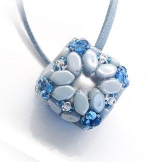 In dit pakket zit alles om de Bola hanger naar het patroon van les perles par puca® zelf te kunnen maken en is te koop bij kralenwinkel Limited Edition in de kleur blauw.