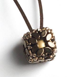 In dit pakket zit alles om de Bola hanger naar het patroon van les perles par puca® zelf te kunnen maken en is te koop bij kralenwinkel Limited Edition in de kleur bruin.