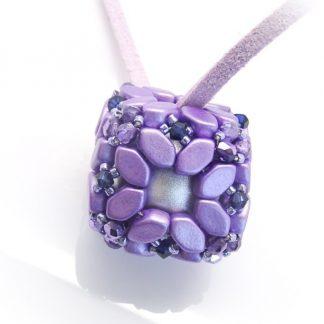 In dit pakket zit alles om de Bola hanger naar het patroon van les perles par puca® zelf te kunnen maken en is te koop bij kralenwinkel Limited Edition in de kleur paars.