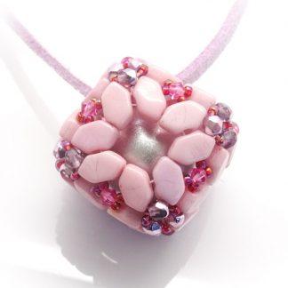 In dit pakket zit alles om de Bola hanger naar het patroon van les perles par puca® zelf te kunnen maken en is te koop bij kralenwinkel Limited Edition in de kleur roze.
